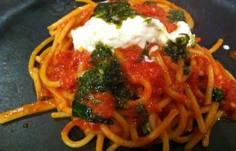 פסטה ברוטב עגבניות, פסטו ומוצרלה