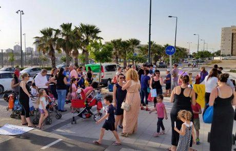 תושבי נתניה מפגינים כנגד מחירי קייטנות המתנס