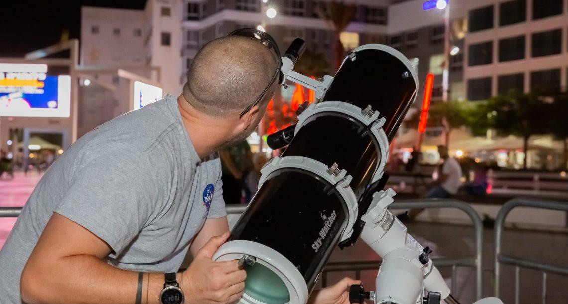 שבוע החלל העולמי בפלנתניה ילדים ומבוגרים, משפחות ויחידים צופים בכוכבים